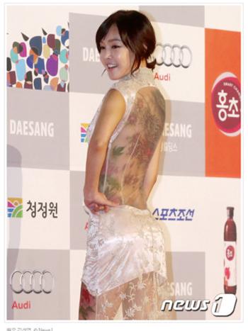 韩国演员金善英透视裙秀裸背青龙纹身图片 2
