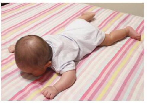 婴儿趴着睡觉正确图片