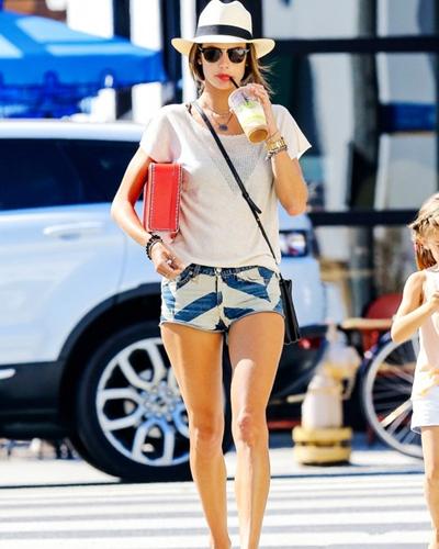 短裤美女图片
