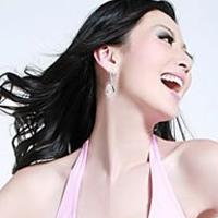 4招让您瘦身又丰满胸部的时尚美女练瑜伽