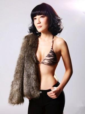 演员冯波拍摄时尚大片 尽显女人性感