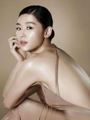 裸色裙装性感飘逸 韩星全智贤拍摄广告写真