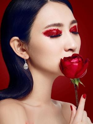 演员李小冉烈焰红唇写真大片 流露出一种致命魅惑