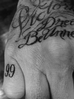 维多利亚贝克汉姆女儿小七抱哥哥大腿撒娇的亲密照