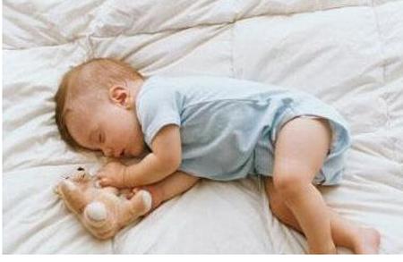 宝宝睡姿看聪不聪明 婴儿睡姿正确图片 3