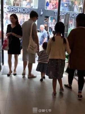 网友香港偶遇黄磊 黄磊一家四口游香港其乐融融