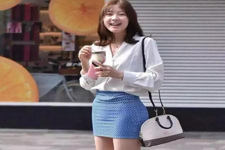 那明媚可人淑女范儿 女生衬衫搭配蓝色包臀裙