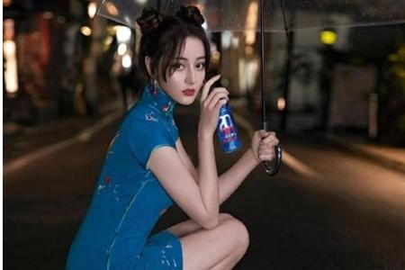 穿蓝色旗袍大秀美腿,网友:仙女下凡 迪丽热巴成宅男女神