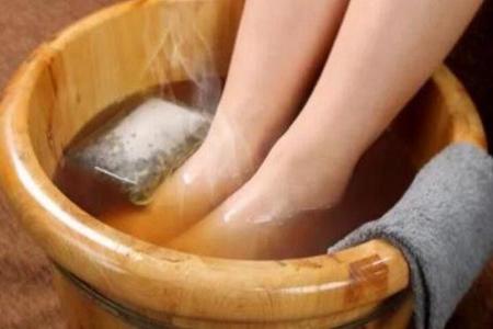 睡前若艾叶泡脚有3个好处 艾叶泡脚的功效与作用